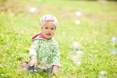 Nätt liten flicka utomhus Royaltyfri Bild