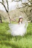 Nätt liten flickadans i fält Royaltyfria Foton