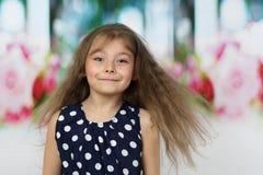 Nätt liten flickaflyghår royaltyfria bilder