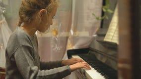 Nätt liten flickalek pianot stock video