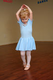 nätt litet barn för 2 ballerina Arkivbild