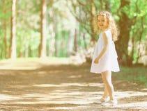 Nätt lockig liten flicka i sommar Arkivfoto