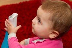 Nätt lockigt litet barn som torkar hennes hår Royaltyfri Foto