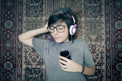 Nätt lycklig lyssnande musik för ung kvinna Royaltyfri Bild