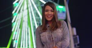 Nätt lycklig ung kvinna som kopplar av på en funfair lager videofilmer