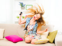 Nätt lyssnande musik för tonårs- flicka arkivbilder