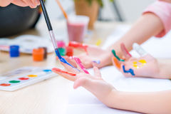 Nätt måla för små systrar royaltyfri bild