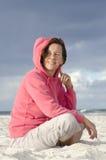 Nätt medelåldrig kvinna för stående på stranden Arkivbilder