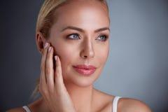 Nätt mellersta ålderkvinna med perfekt hud Arkivbild