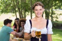 Nätt mest oktoberfest flicka som ler på kameran Royaltyfria Bilder