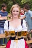 Nätt mest oktoberfest flicka som ler på kameran Royaltyfri Fotografi