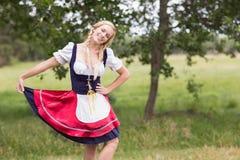 Nätt mest oktoberfest flicka som ler på kameran Royaltyfri Bild