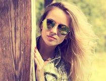 Nätt modeHipsterflicka, i att kika för exponeringsglas arkivfoton