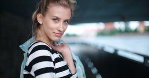Nätt modekvinna som poserar under en bro Arkivbilder