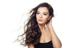 Nätt modellkvinna med långt brunt hår som isoleras på vit bakgrund royaltyfri foto