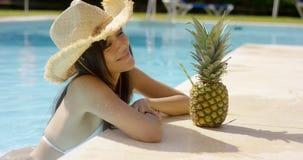 Nätt moderiktig ung kvinna i en sommarpöl Royaltyfria Bilder