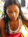Nätt Nicaragua kreolsk kvinna som är borttappad i tanke Fotografering för Bildbyråer