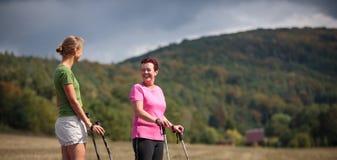 Nätt nordiskt gå för kvinnor på en skogbana som tar i t Arkivfoton