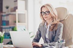 Nätt och att charma, blond kvinna som använder netbook Arkivbilder