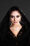 Nätt orientalisk kvinna i abaya Royaltyfri Bild