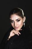 Nätt orientalisk kvinna i abaya Arkivfoto
