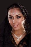 Nätt orientalisk kvinna i abaya på svart bakgrund Royaltyfri Bild