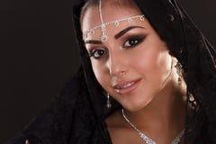 Nätt orientalisk kvinna i abaya på svart bakgrund Royaltyfria Bilder