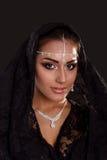 Nätt orientalisk kvinna i abaya på svart bakgrund Arkivfoton