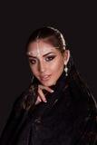 Nätt orientalisk kvinna i abaya på svart bakgrund Arkivfoto