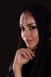 Nätt orientalisk kvinna i abaya på svart bakgrund Royaltyfri Fotografi