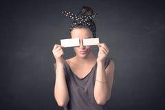 Nätt papper för utrymme för kopia för flickainnehavmellanrum på henne ögon Royaltyfri Fotografi