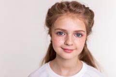 Nätt prickfritt litet barn som har ljusa fräknar royaltyfri foto