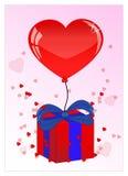 Nätt röd ballon, gåva och hjärta för valentindag Arkivfoton
