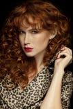 Nätt rödhårig flicka med krullning, frackles Royaltyfria Foton
