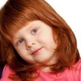 Nätt rödhårig liten flickaframsidanärbild royaltyfria bilder