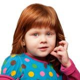 Nätt rödhårig liten flickaframsidanärbild arkivbild