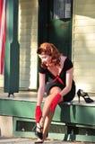 Nätt rödhårig man som sätter på hennes häl Arkivfoton