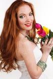 Nätt redheaded flicka med buketten av tulpan Arkivbilder
