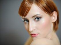 nätt ren hudkvinna för sund stående arkivfoto