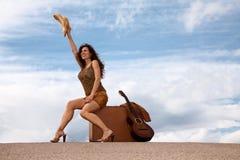 nätt resväskakvinna för gitarr Arkivbild
