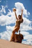 nätt resväskakvinna för gitarr Arkivfoto