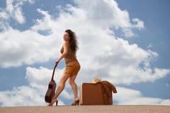 nätt resväskakvinna för gitarr Arkivbilder
