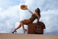 nätt resväskakvinna för gitarr Royaltyfria Foton