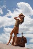 nätt resväskakvinna för gitarr Royaltyfri Fotografi