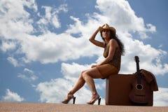 nätt resväskakvinna för gitarr Royaltyfri Foto