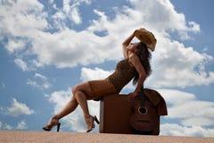 nätt resväskakvinna för gitarr Royaltyfria Bilder