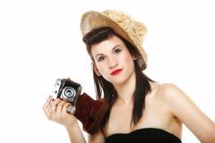Nätt retro flicka i hatt med tappningkameran Royaltyfri Foto