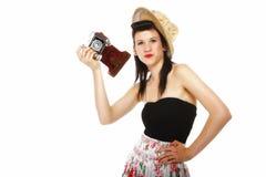Nätt retro flicka i hatt med tappningkameran Royaltyfria Bilder