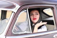 Nätt Retro kvinna som vågr Goodbye Royaltyfria Foton