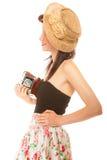 Nätt retro sommarflicka i hatten som tar bilden genom att använda tappningkameran Arkivbilder